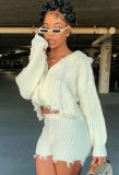 Conjunto de top corto de suéter beige de invierno y pantalón corto de cintura alta