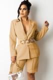 Conjunto elegante de chaqueta y pantalones cortos de otoño caqui