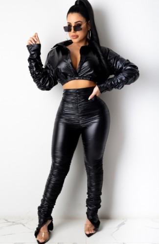 Completo invernale con top corto e pantaloni in pelle nera arricciata