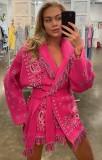 Chaqueta rosa con flecos boho y estampado de invierno con cinturón