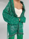 Chaqueta verde con flecos boho y estampado de invierno con cinturón
