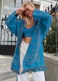 Chaqueta azul con flecos boho y estampado de invierno con cinturón