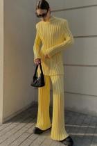 Traje de pantalón y top de punto amarillo elegante de invierno