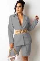 Conjunto elegante de blazer y pantalón corto gris otoñal