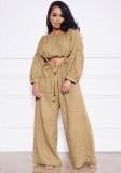 Conjunto de pantalones anchos con tirantes y top corto caqui casual de otoño