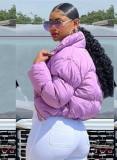 Abrigo de plumón corto con cuello alto y cremallera morado de invierno