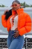 Abrigo de plumón corto con cuello alto y cremallera naranja de invierno