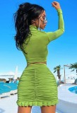 Conjunto de top corto verde otoñal y minifalda fruncida