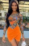 Conjunto de body naranja con estampado otoñal y falda cruzada a juego