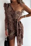 Vestido de fiesta cruzado de un hombro con estampado de leopardo de otoño con una sola manga