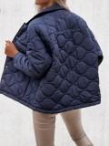 Chaqueta azul de invierno con botones y cuello vuelto con bolsillos