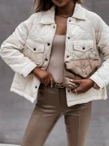 Winterweiße Jacke mit Umlegekragen und Taschen
