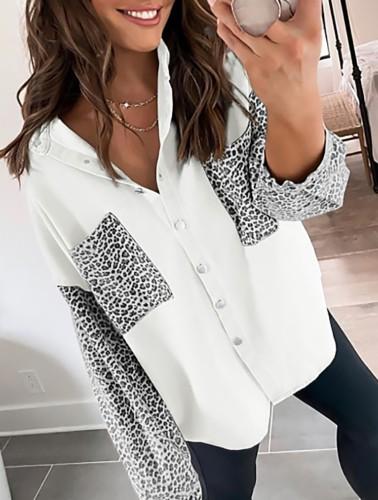Witte losse blouse met lange mouwen en luipaardprint in de herfst