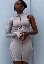 Herbstliches, figurbetontes Kleid mit Print-Linien und Rollkragen