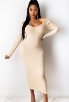 Vestido ajustado largo con cuello en V de punto beige de invierno