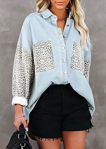 Blauwe losse blouse met lange mouwen en luipaardprint in de herfst