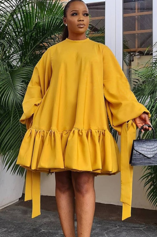 Vestido corto con cuello redondo y manga abullonada amarilla informal de otoño