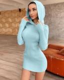 Herbstliches, figurbetontes Kleid in Blau mit langen Ärmeln und Kapuze
