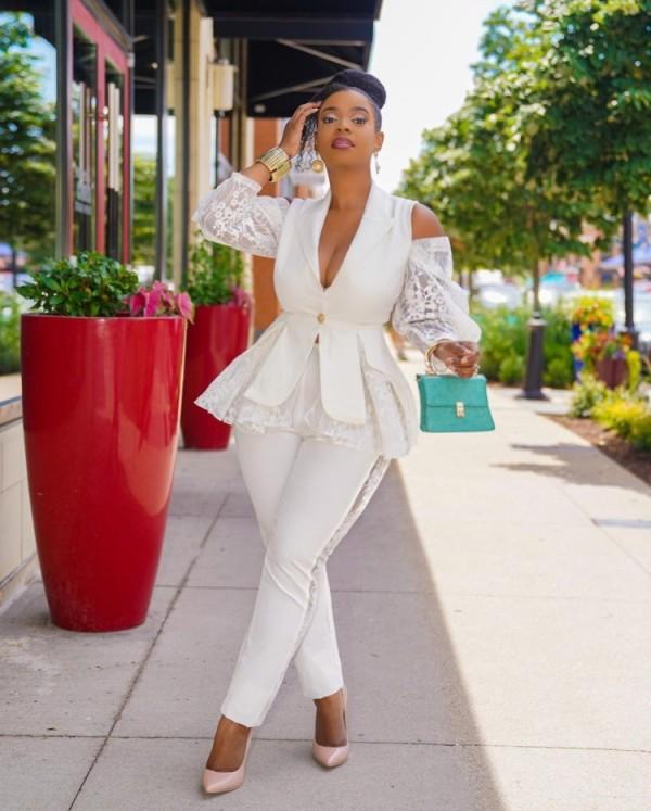 Conjunto de pantalón y chaqueta de manga larga con hombros descubiertos y volantes blancos elegantes de otoño