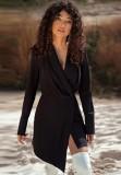 Otoño elegante vestido negro de manga larga con cuello cruzado y chaqueta irregular.