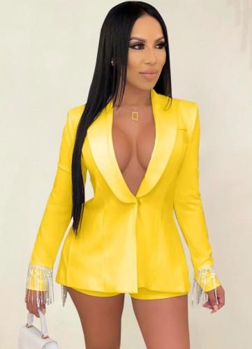 Conjunto de chaqueta y pantalones cortos con borlas únicas en amarillo de otoño