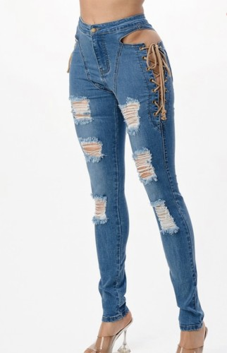 Herfstmode blauwe uitgeholde bandage gescheurde slanke jeans