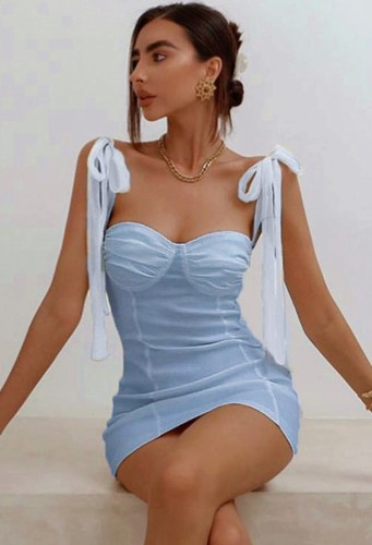 Mini robe club chérie bleu d'été à bretelles à lacets