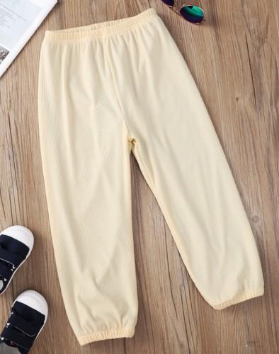 Pantaloni da bambino beige con cinturino alla caviglia