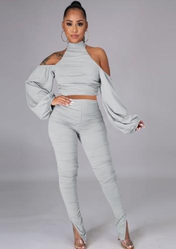Completo grigio autunnale con top corto a collo alto e pantaloni arricciati
