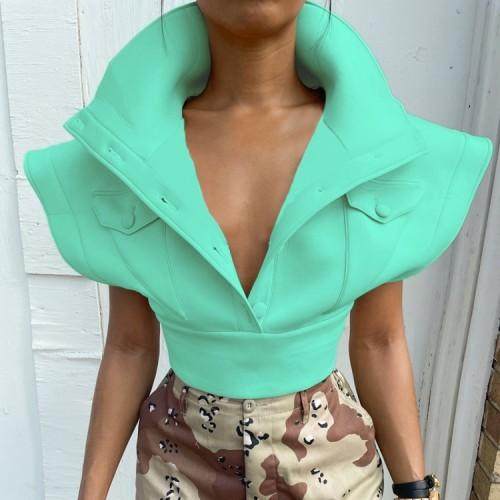 Abrigo corto verde de invierno con hombros anchos y bolsillos