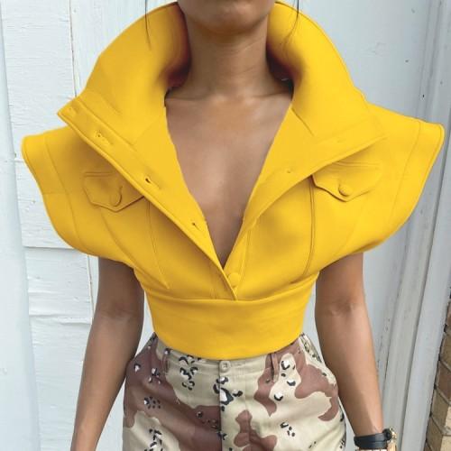 Abrigo corto amarillo de invierno con hombros anchos y bolsillos