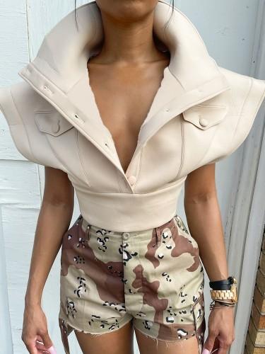 Abrigo corto caqui de invierno con hombros anchos y bolsillos