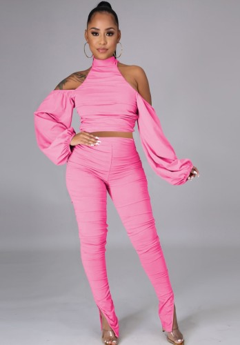 Completo rosa autunnale con top corto a collo alto e pantaloni arricciati