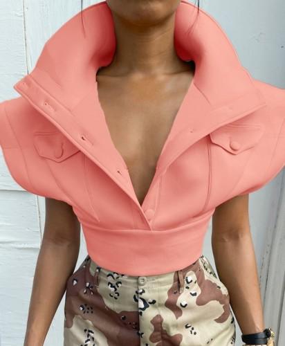 Abrigo corto de invierno rosa claro con hombros anchos y bolsillos
