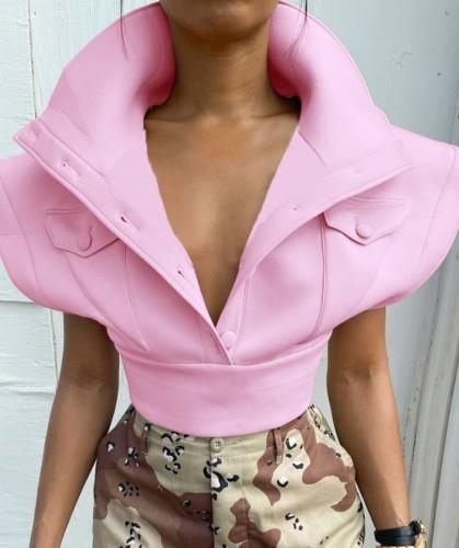 Abrigo corto rosa de invierno con hombros anchos y bolsillos