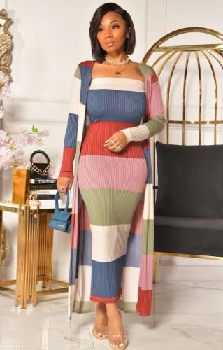 Herbstliches, kontrastfarbenes Röhrenkleid mit breiten Streifen und passenden Strickjacken