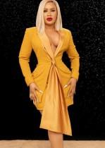 Blazer amarillo formal de otoño y minifalda a juego