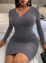 Vestido midi cruzado de cintura alta con cuello en V y punto gris de invierno