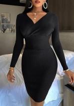 Vestido midi cruzado de cintura alta con cuello en V y punto negro de invierno