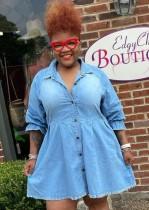 Lässiges blaues, lockeres Jeanskleid mit Knöpfen im Herbst