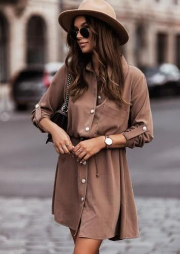 Vestido camisero con botones y cuello vuelto marrón casual más blanco con cinturón